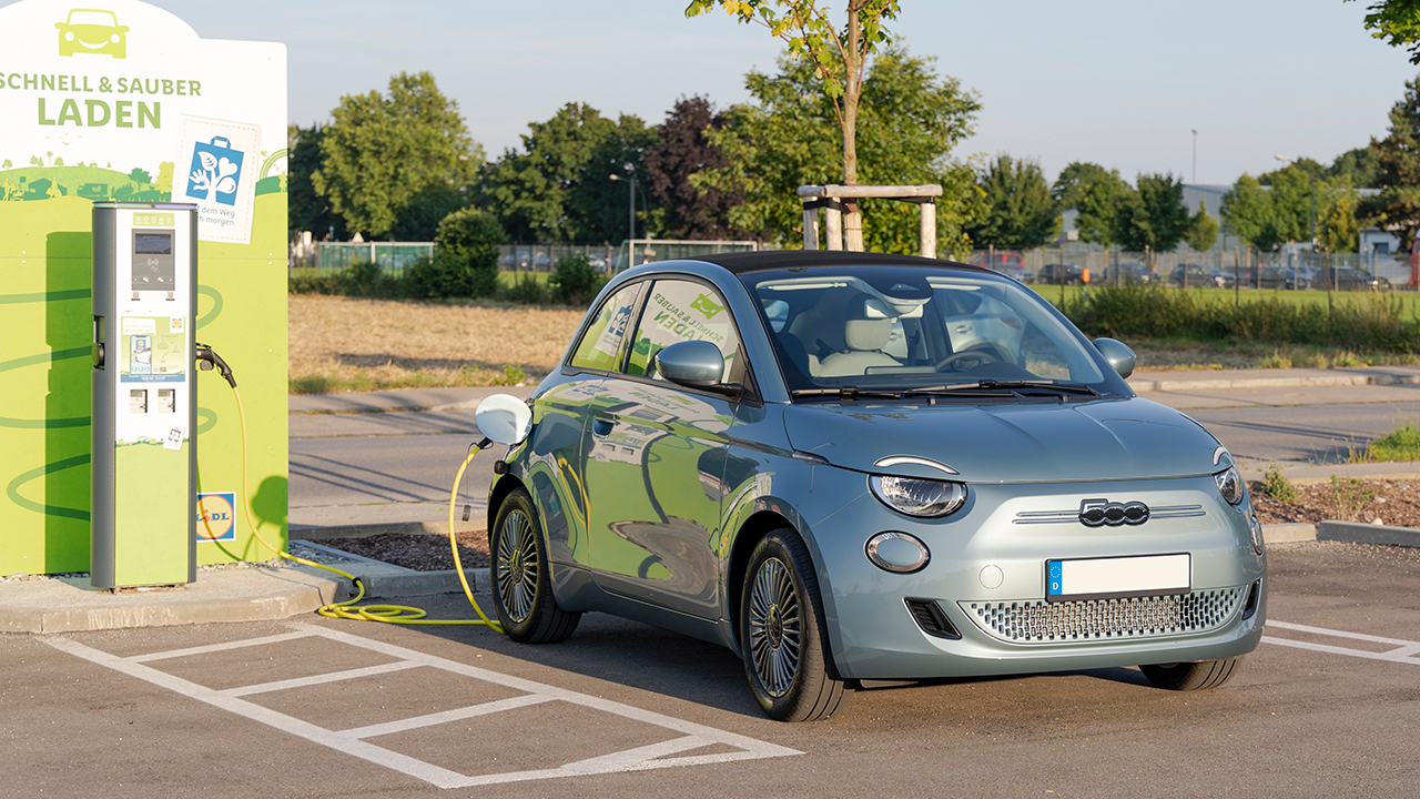 Fiat 500 elettrica ruba clienti alle rivali