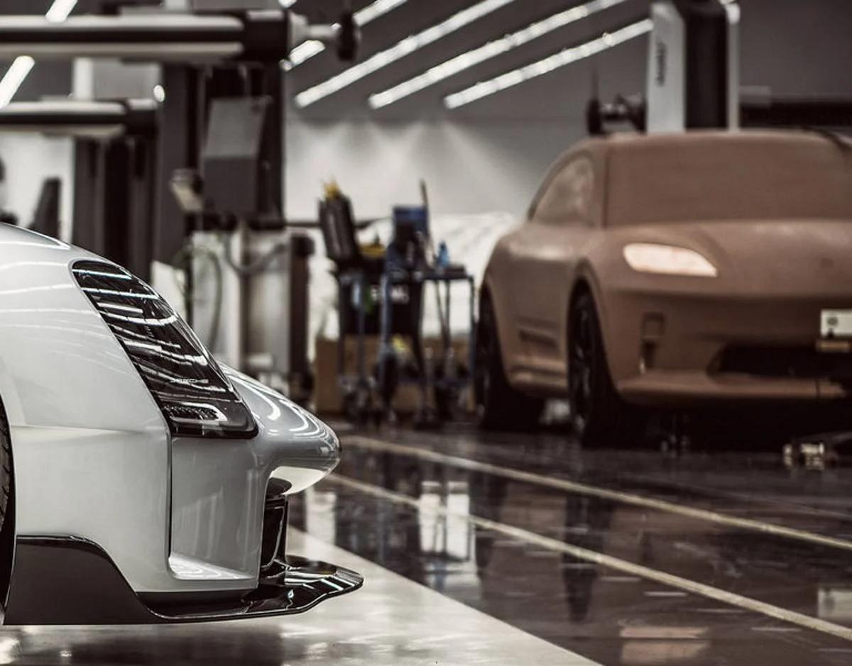 Trapelata la nuova Porsche Macan elettrica? Il mistero della foto