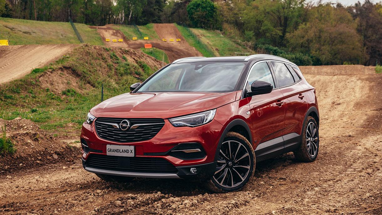 Opel Grandland X Hybrid4: foto, prezzi e caratteristiche del SUV ibrido