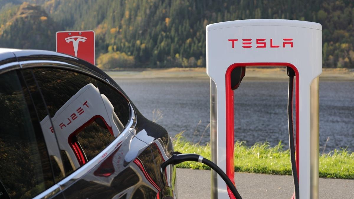Tesla: un bug consente alle auto elettriche di altri ricarica gratis nei supercharger