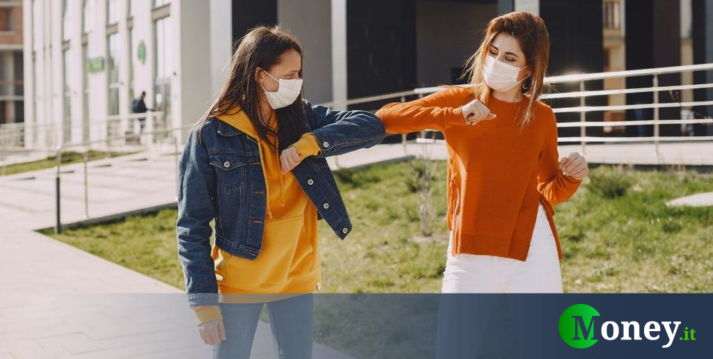 Coronavirus, salutarsi con il gomito è pericoloso: il monito dell'OMS thumbnail
