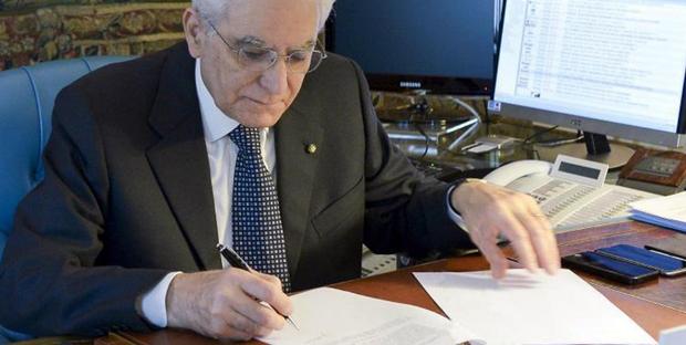 Decretone. Mattarella firma. Di Maio.