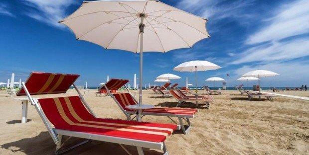 Basi Per Ombrelloni Prezzi.Ombrellone E Lettino In Spiaggia Aumento Dei Prezzi Per Il 2018
