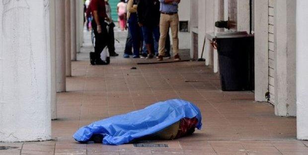 Covid 19, ecatombe in Ecuador: cadaveri bruciati in strada