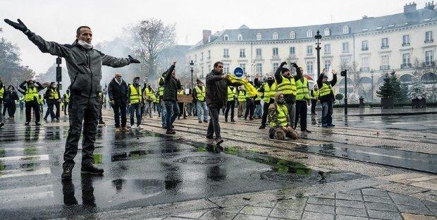 Gilet gialli, proteste e scontri con la polizia a Parigi