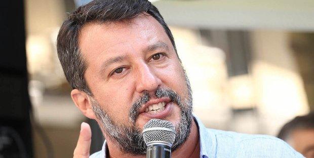 Salvini in smoking sbarca a Venezia, il bacio con Francesca Verdini