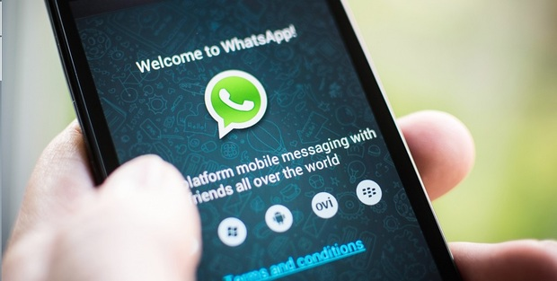 Facebook, svolta storica: sull'app è arrivato il pulsante WhatsApp