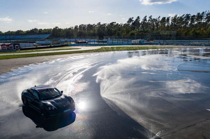 Porsche Taycan entra nel Guinness dei Primati - Sportmediaset